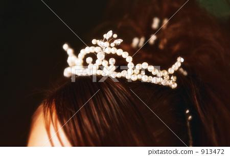 Sparkling pearl tiara 913472