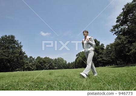 Women walking 946773