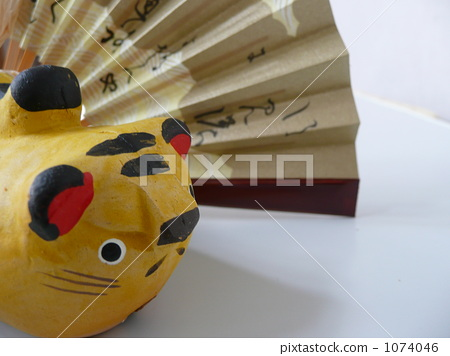 Tigers and folding fan 1074046