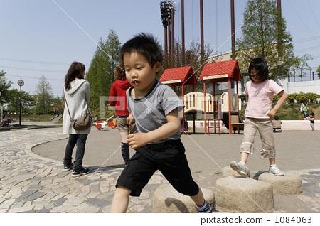 兄弟們正在玩公園的墊腳石 1084063