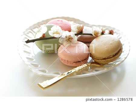 Macaroons and plums 1286578
