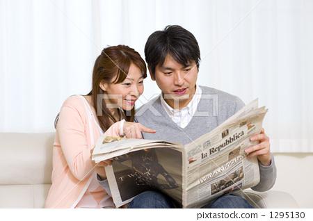 看報紙的一對友好的夫婦 1295130