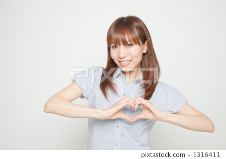 Women in their twenties making hearts by hand 1316411