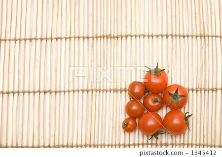 갈대 양탄자 위에 방울 토마토 1345412