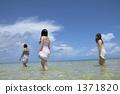 妇女走在透明的大海 1371820
