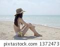 白色沙滩坐的泳装夫人 1372473
