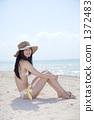 白色沙滩坐的泳装夫人 1372483