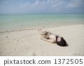 说谎在白色沙子的泳装夫人 1372505