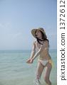 泳装佩带的水的一名妇女 1372612
