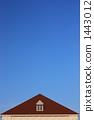 작은 창문과 지붕이있는 하늘 이미지 (세로) 1443012