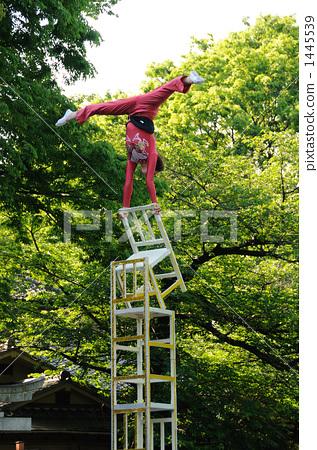 A woman street performer 1445539