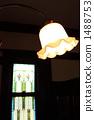 스테인드 글라스가있는 방의 조명 1488753