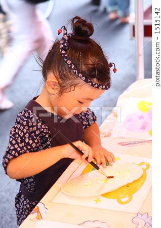 Girls doing graffiti rice crackers 1513142