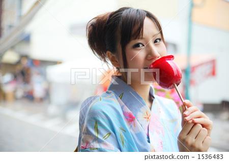 吃蘋果糖果的婦女 1536483