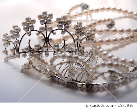 Pure white lace and tiara, pearl necklace 1573959