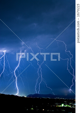 Lightning pouring down 1670223
