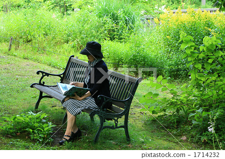 Surrounded by flowers and indulge in reading 1714232