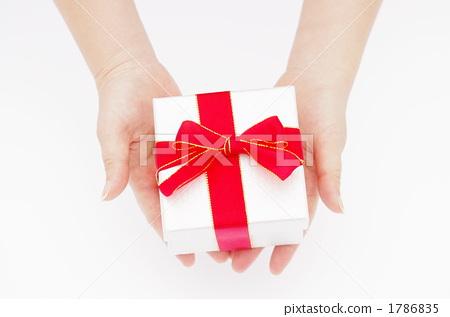 給禮物的婦女的手的圖片 1786835