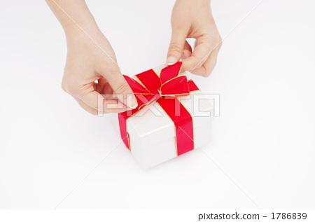連接絲帶的婦女的手的圖片到禮物 1786839