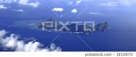Crescent shaped island 1810670