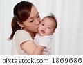 與母親和孩子親吻 1869686