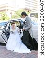 新娘从一辆豪华轿车下车 2200407
