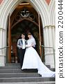 站立在教会前面的新娘和新郎 2200444