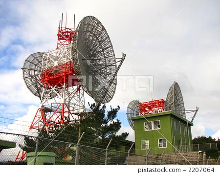 항공 자위대 아마미 오시마 분 툰 기지의 위성 안테나 2207064