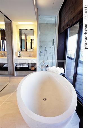 Milan luxury hotel bathroom 2410314