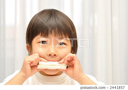 一個吃三明治的女孩 2441857