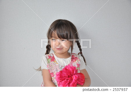 Girls with flowers 2537937