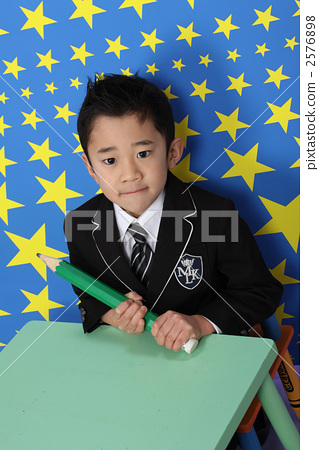 큰 연필을 가진 소년 2576898
