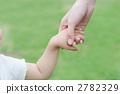父母和孩子的手連接 2782329