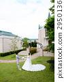 婚禮禮服的新娘和新郎在教堂前 2950136