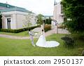 婚禮禮服的新娘和新郎在教堂前 2950137