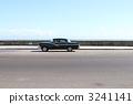 沿古巴海岸跑的經典汽車 3241141