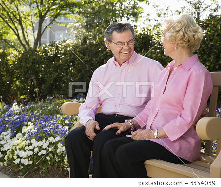 Mature couple on bench. 3354039
