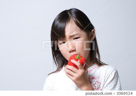고추를 먹는 여자 3369514