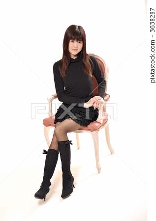 미니 스커트 의자에 앉는 여성 3638287