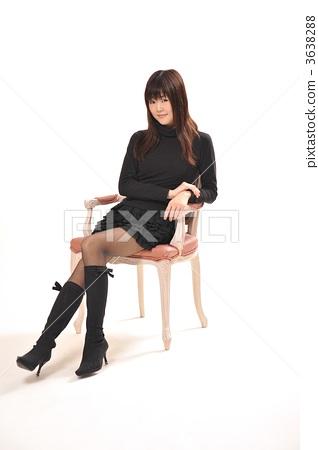 미니 스커트 의자에 앉는 여성 3638288