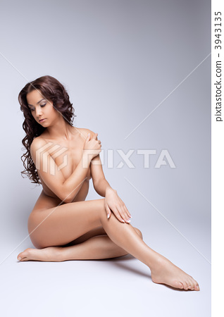 Cute nude girl posing naked for art photography 3943135