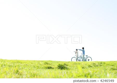 초원에서 자전거를 누르면 커플 4246549