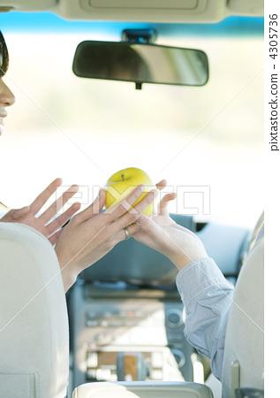 차 안에서 푸른 사과를 전달 부부의 수중 4305736