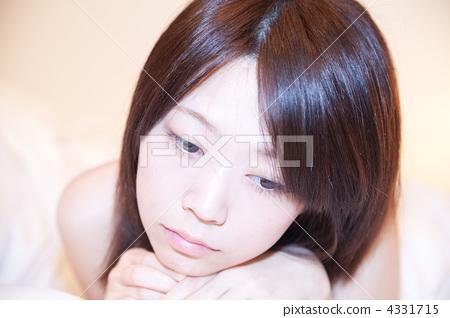 바라 · 시선 / 정면 얼굴 표정 / 에스테틱 휴식 / 젊은 여성 4331715