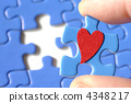퍼즐 인간형 피스와 하트 4348217