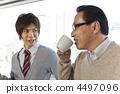 談話兩個的商人,當喝咖啡時 4497096