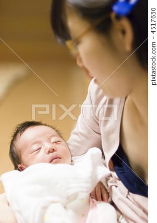 포옹하는 아기 4517630