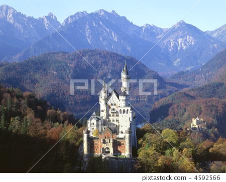Neuschwanstein Castle in autumn 4592566