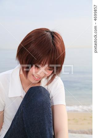 웃을 / 앳된 / 개요 / 쪼그리고 / 젊은 여성 4699857
