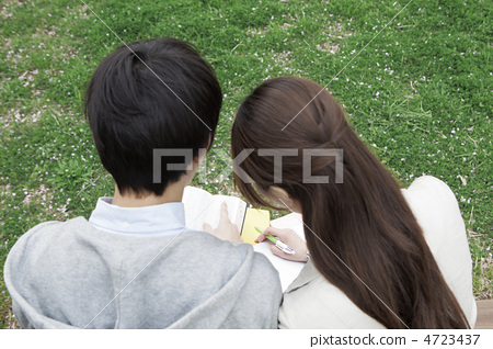 College student couple studying in the park 4723437